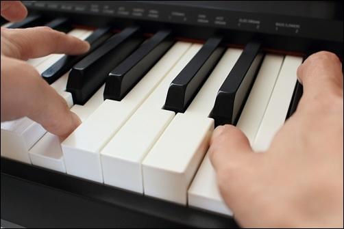 ピアノのを弾いている画像