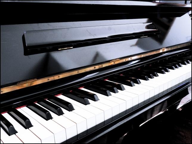 アップライトピアノの蓋を開けた画像