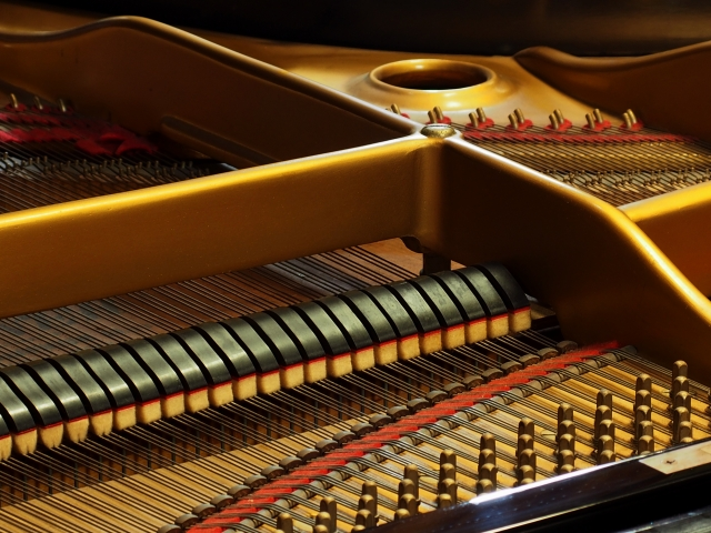 グランドピアノの弦の画像