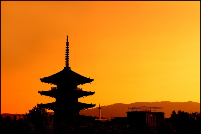 夕焼けに照らされた京都の画像
