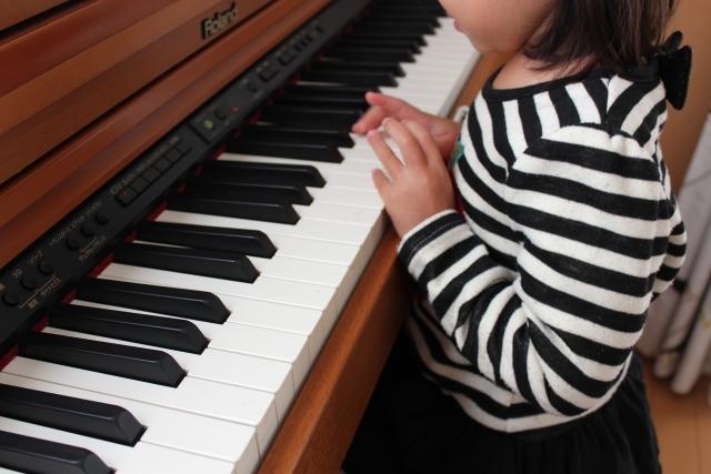 ピアノのを弾く子供の画像