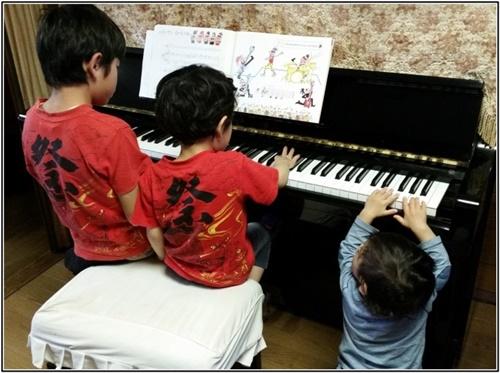 ピアノを弾く子供たちの画像