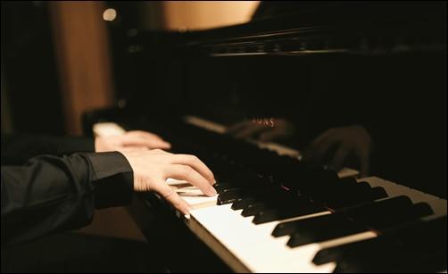 ピアノ演奏する男性の画像