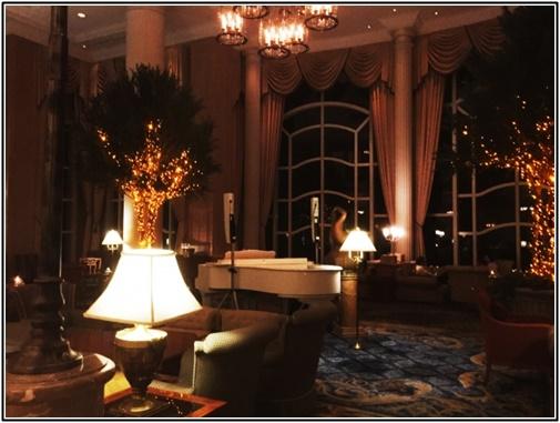 ホテルロビーでのピアノ画像