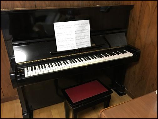 楽譜を置いたアップライトピアノの画像です。