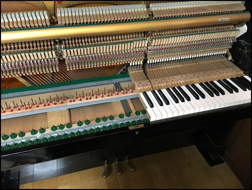 ピアノ調律中の画像