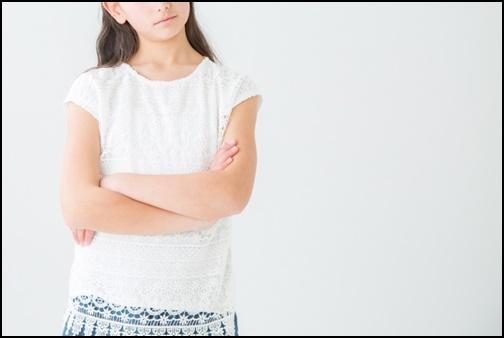 白い服をきた女性の画像