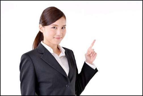 指差しするキャリアウーマン女性の画像