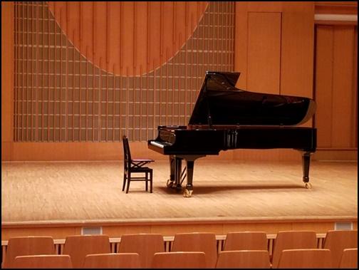 ピアノのコンサートホールの画像