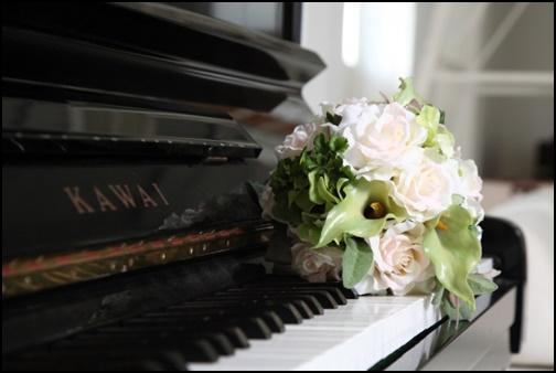 ピアノと花の画像