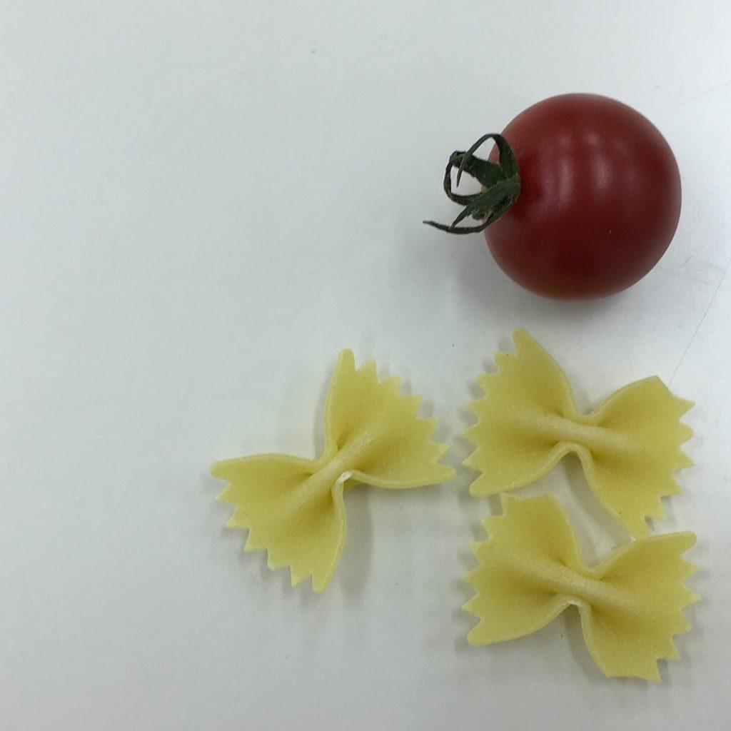 19、パスタとトマトを上から撮影した画像