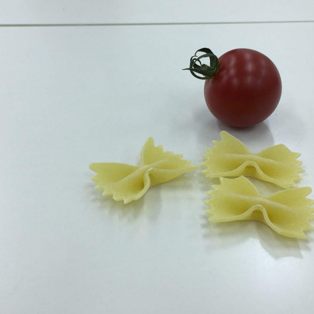トマトを右奥にしパスタを手前にした画像
