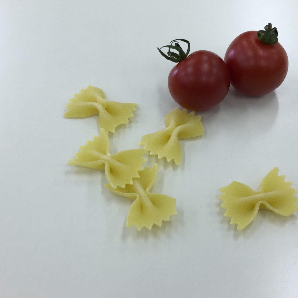22、パスタと2個のトマトの画像