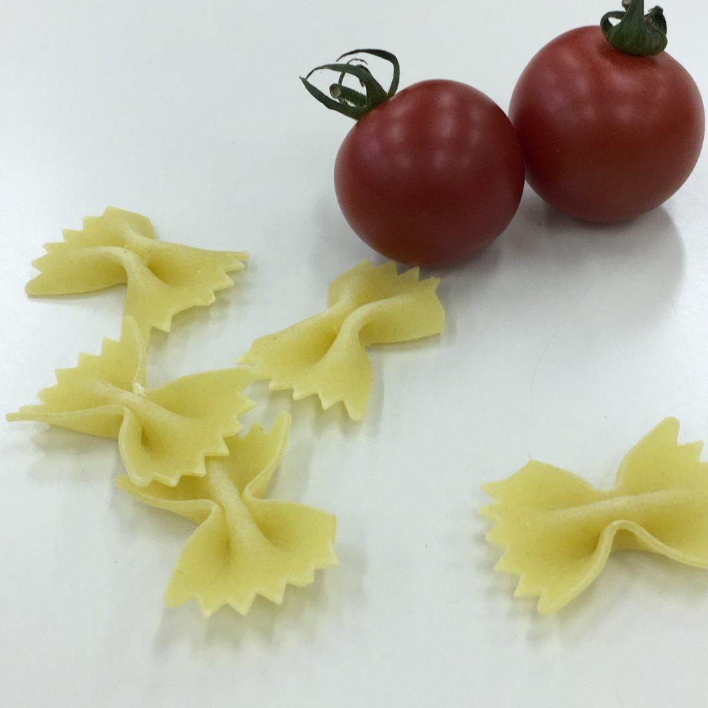 21、パスタと2個のトマトの画像