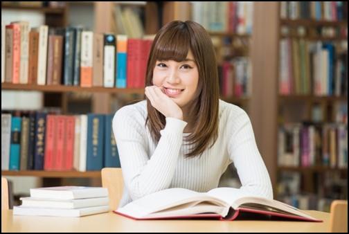 図書館で笑顔の女性の画像