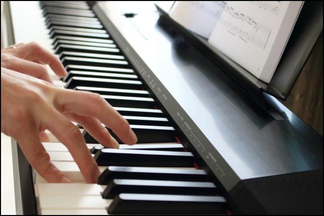 電子ピアノを弾いている画像