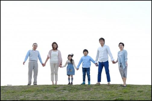 家族が手繋ぎしている画像
