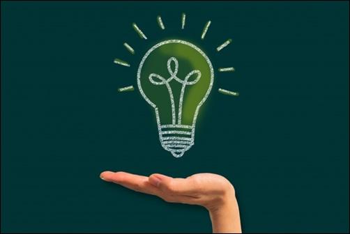 閃き、手のひらの上に浮かんだ大きなアイデア電球画像