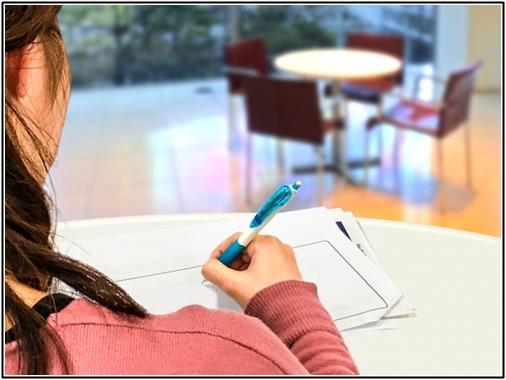 予備校で勉強している女性の画像