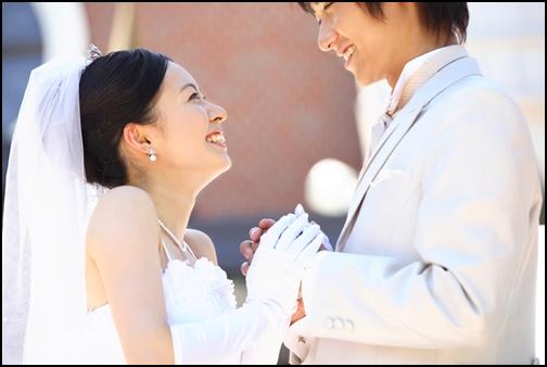 結婚式で見つめ合うカップル画像