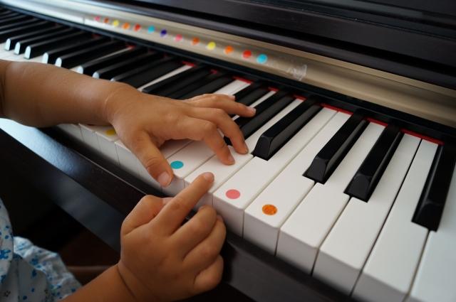 ピアノに色のシールを張っている画像