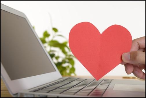 ノートパソコンとハートの画像