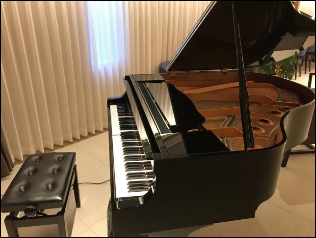 グランドピアノと椅子の画像