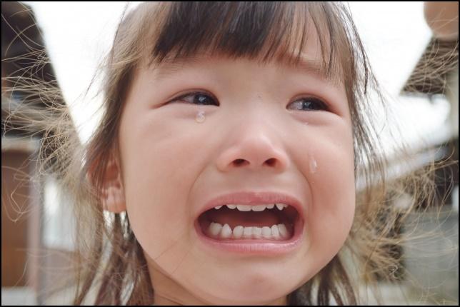 女の子がこちらを向いて泣いている画像