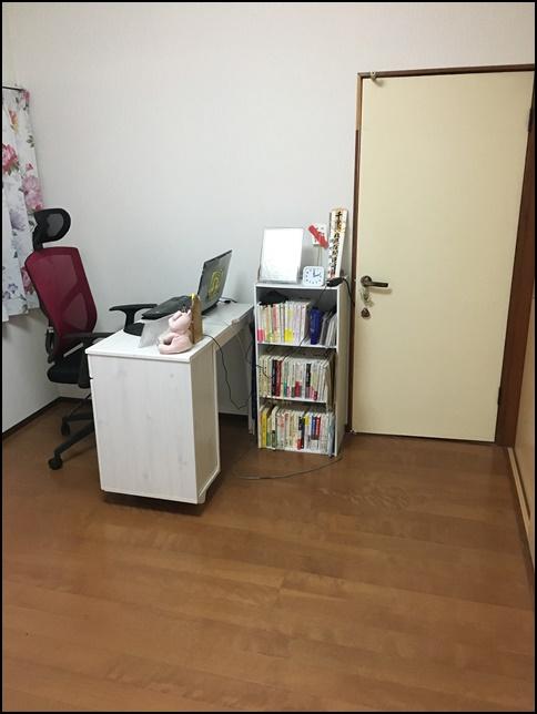 机と本棚を撮影した画像