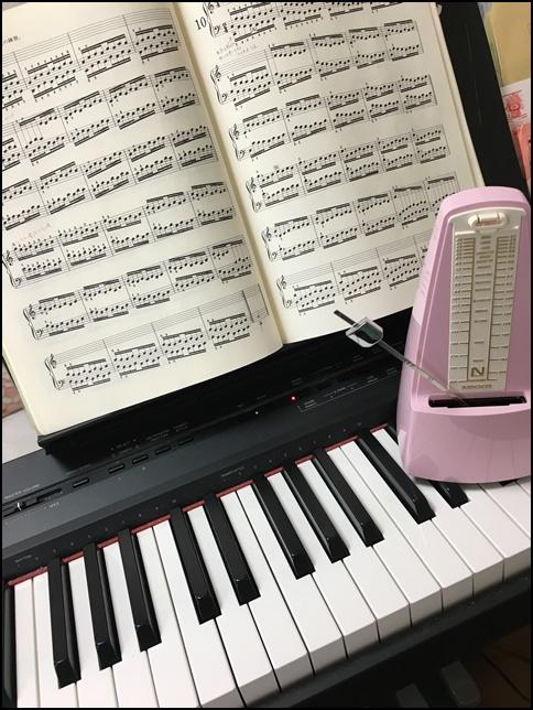 ハノン9番の楽譜とメトロノームの画像