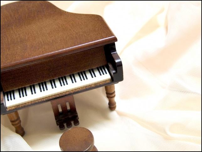 おもちゃのグランドピアノの黒枠月の画像