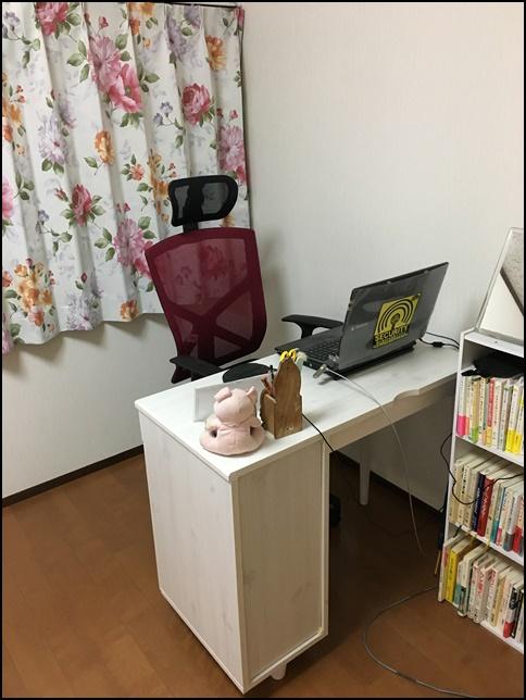 机と椅子のアップ画像