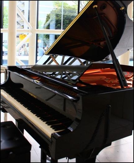 グランドピアノの蓋が開いている側の画像