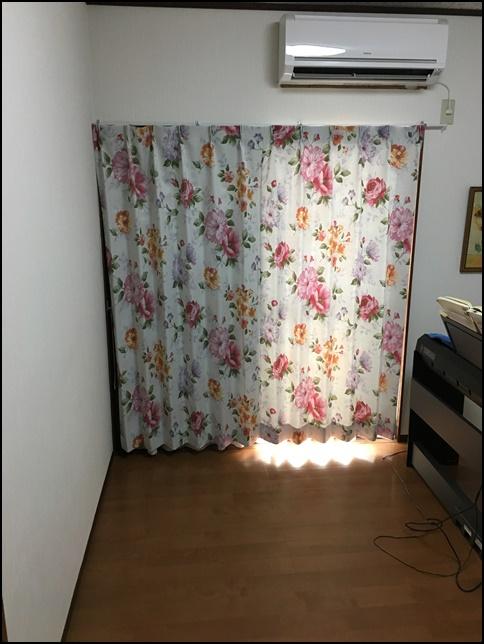 カーテンと電子ピアノが映っている画像