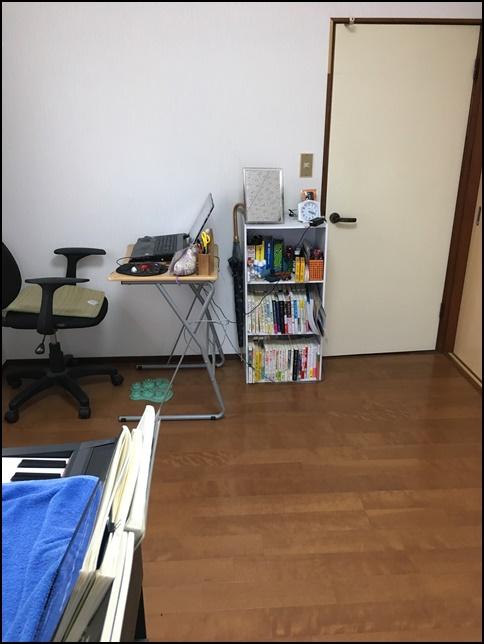 風水部屋7、机と棚とドアが映っている画像