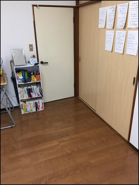 風水部屋8、ドアと棚と壁の張り紙画像