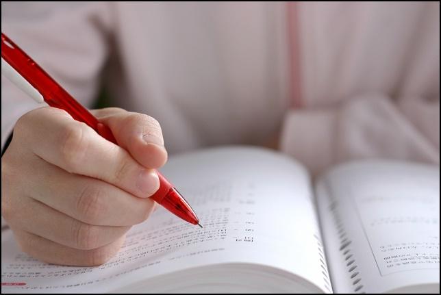 勉強してノートに書いている画像