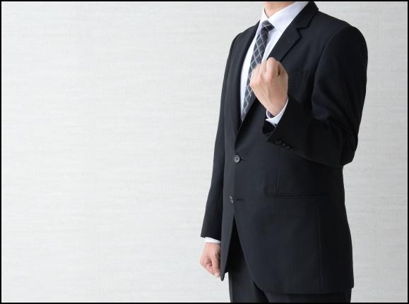 ガッツポーズをするサラリーマン男性の画像