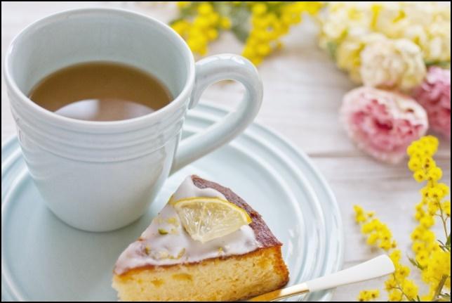 ケーキとお茶の画像