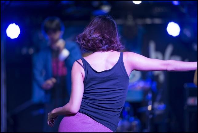 クラブで踊る女性の画像