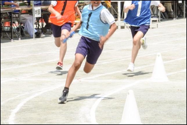 マラソン大会で競争している画像